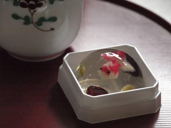 金魚の形の可愛い和菓子を撮影したフリー写真素材