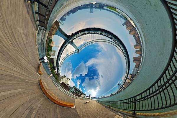 まるでトンネルを覗きこんだような湾曲した360度パノラマ写真 - 02