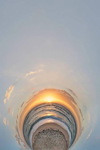 まるでトンネルを覗きこんだような湾曲した360度パノラマ写真 - 03