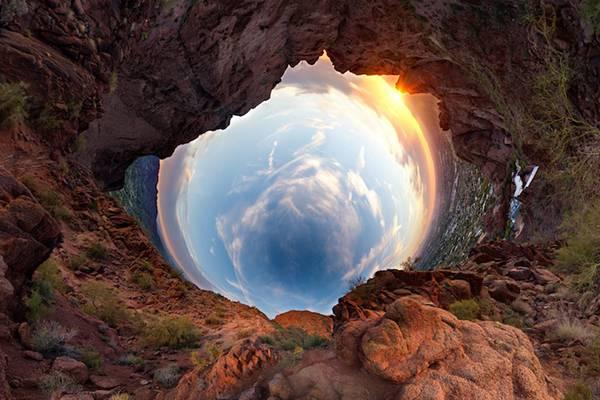 まるでトンネルを覗きこんだような湾曲した360度パノラマ写真 - 06
