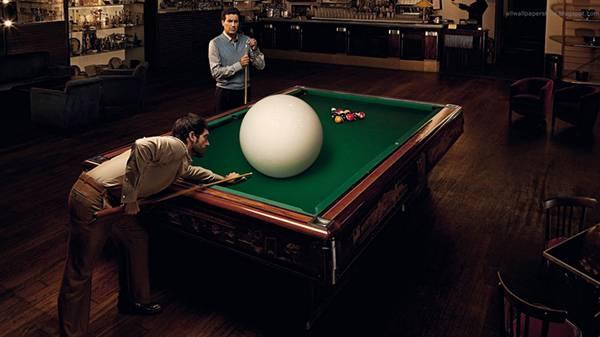 09.巨大なキューボールでビリヤードをする男性のユニークな写真壁紙画像