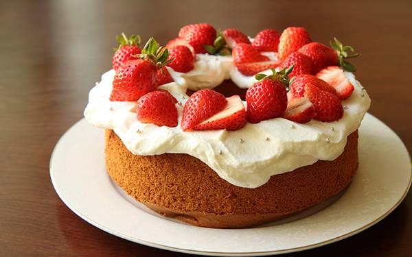 01.たっぷり乗ったイチゴと生クリームが美味しそうなケーキの写真壁紙画像
