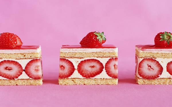 10.苺のケーキをピンクの背景で撮影した可愛い写真壁紙画像