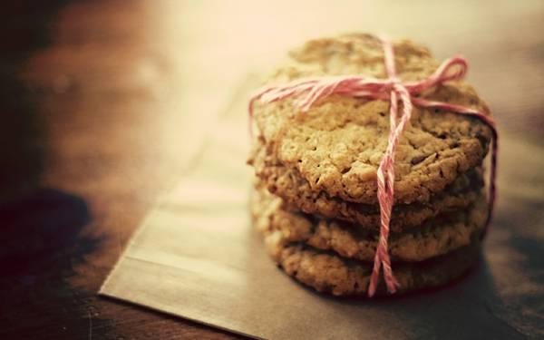 01.ピンクのひもで結ばれたクッキーを浅い被写界深度で撮影した綺麗な写真壁紙
