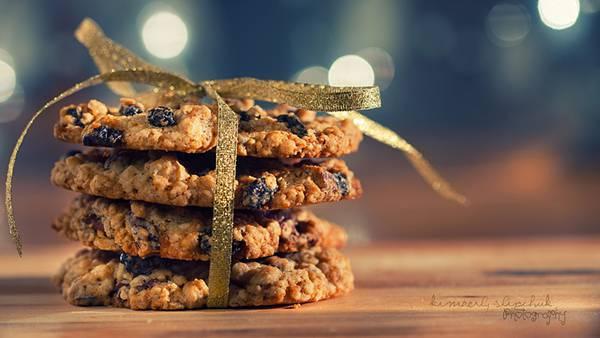 02.重ねたクッキーを金のリボンでしばったクッキーの可愛い写真壁紙画像