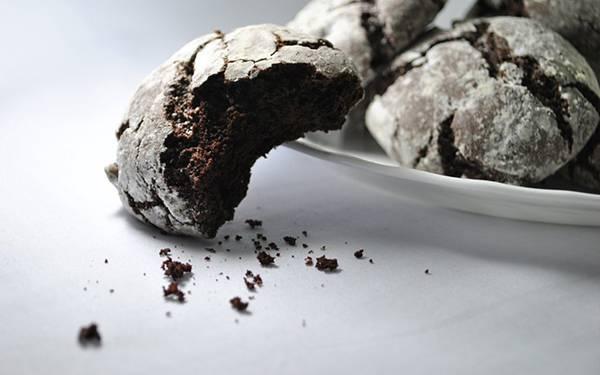 03.お皿に盛られたチョコクッキーを撮影した綺麗な写真壁紙画像
