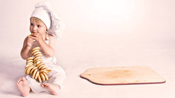 09.ヒモで繋いだクッキーを食べる赤ちゃんを撮影した可愛い写真壁紙画像