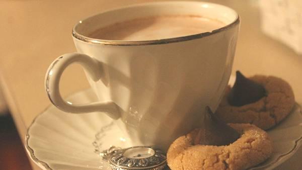 12.ミルクティーとクッキーを撮影した綺麗な写真壁紙画像