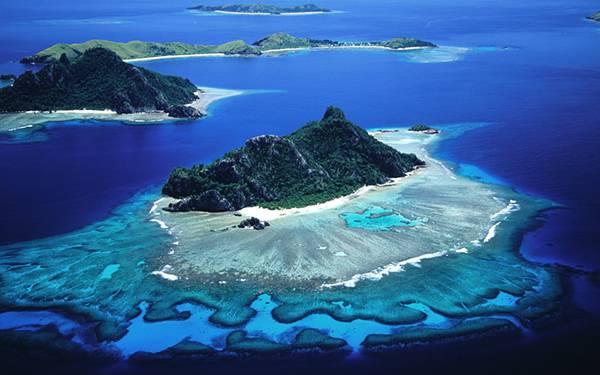 02.サンゴ礁の広がる小さな孤島を空撮した綺麗な写真壁紙画像