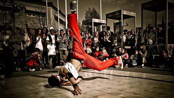 04.ギャラリーの前でパフォーマンスするブレイクダンサーの写真壁紙画像