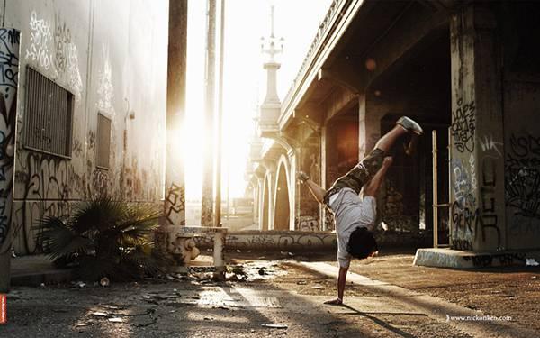 06.ストリートで踊るダンサーを逆光で撮影したかっこいい写真壁紙画像