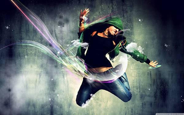 10.激しくジャンプするフードをかぶったダンサーの写真壁紙画像