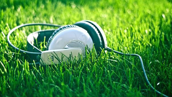 03.芝の上に置いたヘッドホンを撮影した綺麗な写真壁紙画像