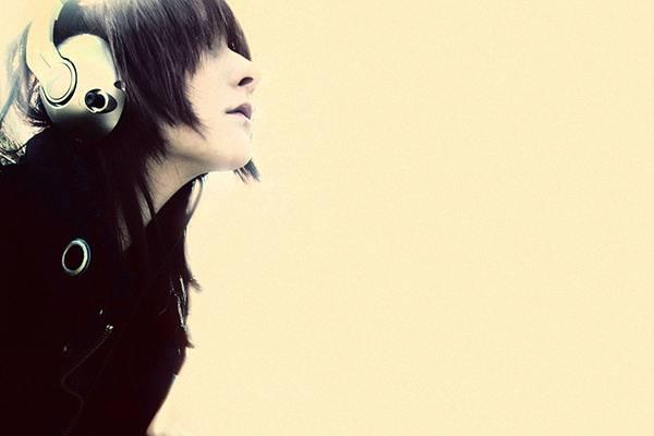 09.ヘッドホンをした女性の横顔を撮影した綺麗な写真壁紙画像