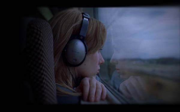 10.電車の窓の外を見つめるヘッドホンをした女の子の綺麗な写真壁紙画像