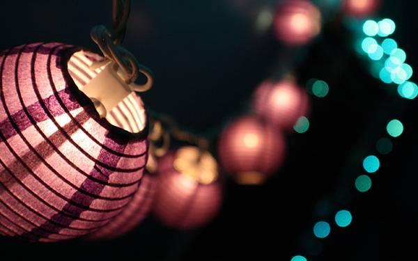 04.紫色の提灯と玉ボケの綺麗な写真壁紙画像