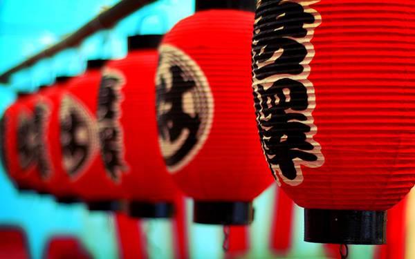 09.綺麗に並んだ赤ちょうちんを撮影した写真壁紙画像