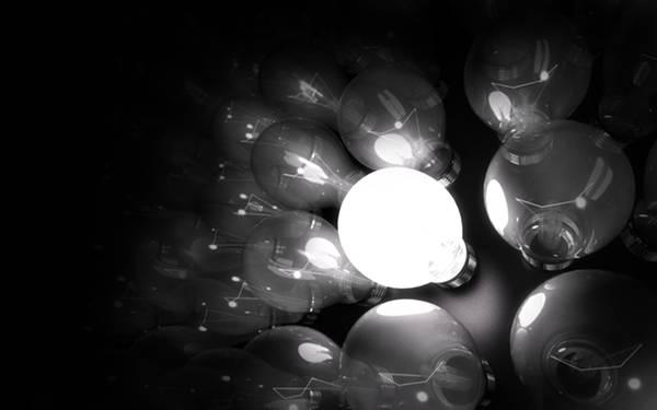 01.たくさん並んだ中で一つだけ光る電球のモノクロ写真壁紙画像