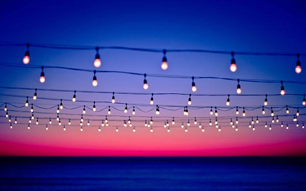03.夕日とたくさんの電球の鮮やかな写真壁紙画像