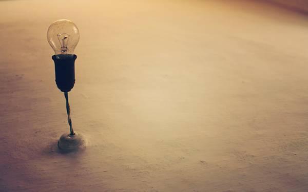 04.電球とソケットをレトロな色合いで撮影した写真壁紙画像