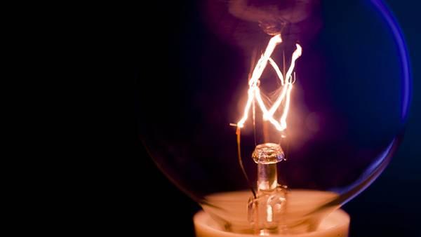 06.点灯する電球をアップで撮影した綺麗な写真壁紙画像