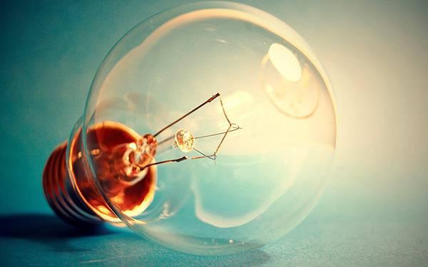 07.床の上に転がった電球を撮影したクールな写真壁紙画像