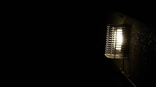 12.壁に備え付けられた電球のシンプルな写真壁紙画像