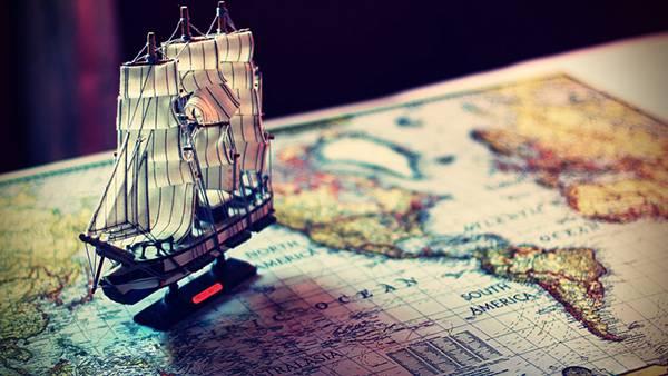 01.古ぼけた世界地図とミニチュアの船の写真壁紙画像