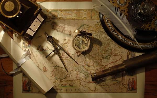 10.世界地図と羽根や望遠鏡を撮影したアンティークな写真壁紙画像