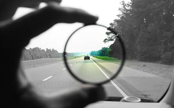05.レンズ越しの部分だけをカラーにした高速道路の風景の写真壁紙画像