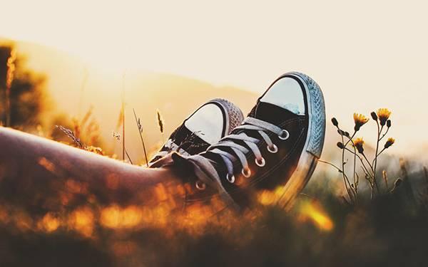 01.夕日の中のスニーカーを履いた足元を撮影した写真壁紙画像