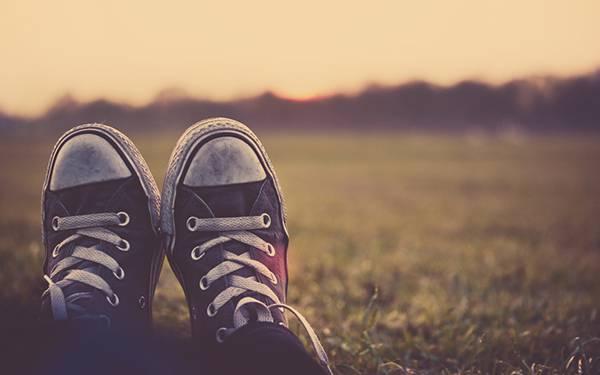 02.スニーカーを履いた足元を撮影したレトロな風合いの写真壁紙画像