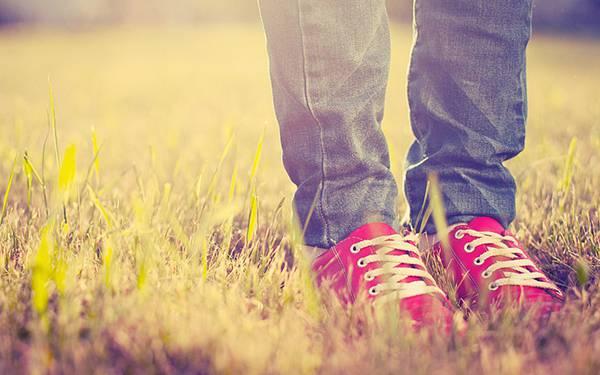 03.草の上の真っ赤なスニーカーを履いた足元の綺麗な写真壁紙画像