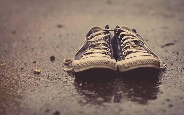 雨で濡れた地面とコンバースのスニーカーの綺麗な写真壁紙
