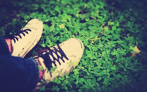 10.スニーカの足元をトイカメラ風に撮影したオシャレな写真壁紙画像