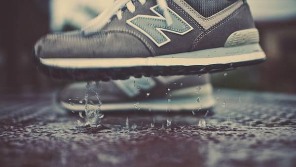 11.雨とニューバランスのスニーカーの綺麗な写真壁紙画像