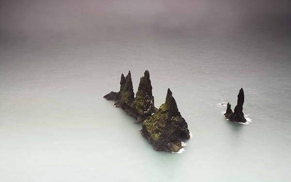 03.海から突き出た尖った岩の無人島を撮影した美しい写真壁紙画像