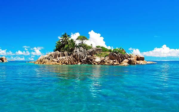10.エメラルドグリーンの海と無人島を撮影した美しい写真壁紙画像