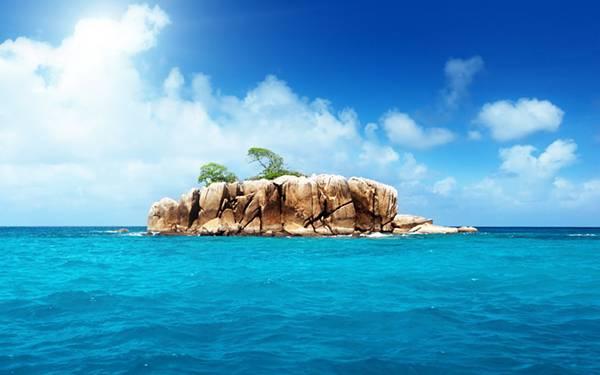 11.分厚い岩で出来た無人島を撮影した綺麗な写真壁紙画像