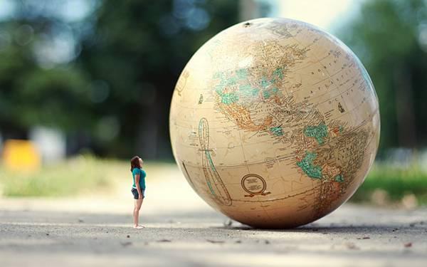 02.地面に置いた地球儀と女性を合成した写真壁紙画像