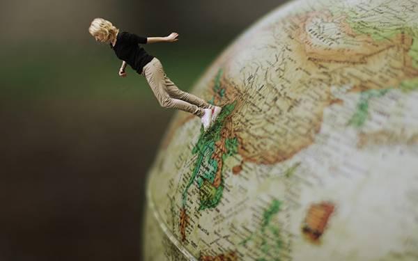 03.地球儀の上を歩く女性を合成した写真壁紙画像