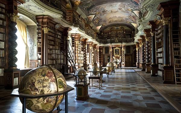 04.古めかしい図書館に置かれたたくさんの地球儀のカッコイイ写真壁紙画像