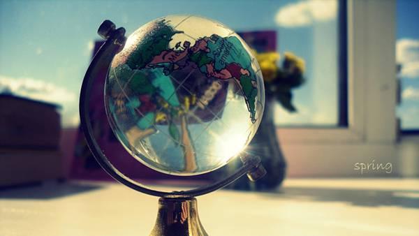06.ガラスで出来た綺麗な地球儀を撮影した写真壁紙画像