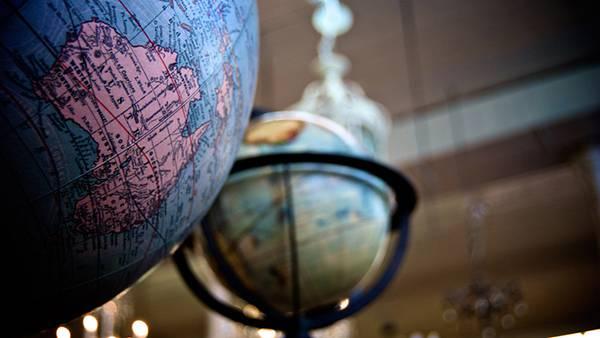 07.2つの地球儀をアップで撮影したレトロな写真壁紙画像
