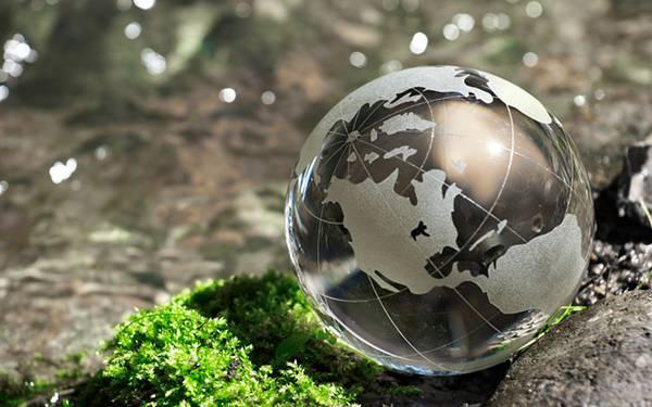 09.ガラス製の地球儀のオブジェを撮影した綺麗な写真壁紙画像