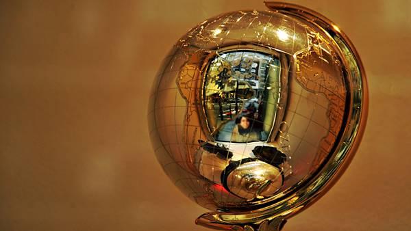 11.ゴールドの地球儀のオブジェを撮影した綺麗な写真壁紙画像