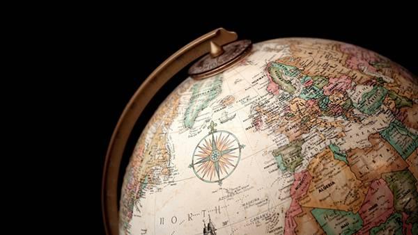 12.黒バックでアンティークな地球儀を撮影したカッコイイ写真壁紙画像