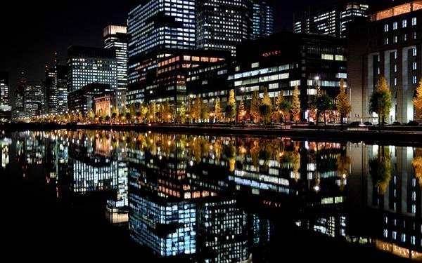 10.水面に映るビル街の街並みを撮影したロマンチックな写真壁紙画像