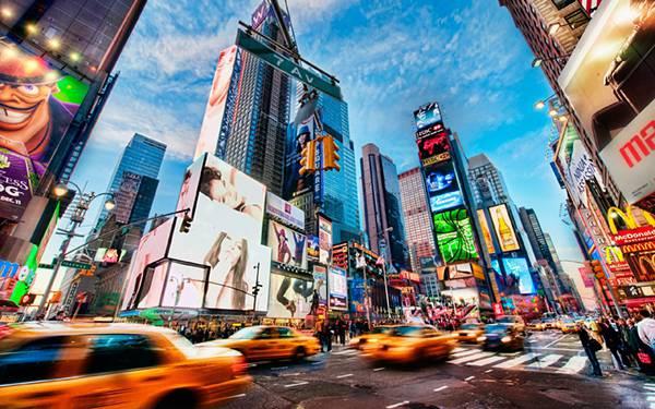 01.通行量の多い都会の道路を撮影したHDR写真壁紙画像