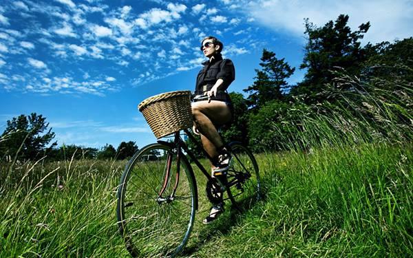 04.草原で自転車に乗った女性を広角レンズで撮影したHDR写真壁紙画像
